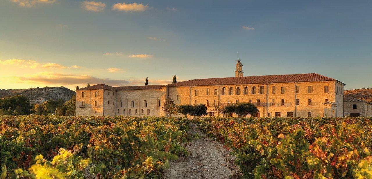 Abadía Retuerta LeDomaine a la caída del sol en otoño