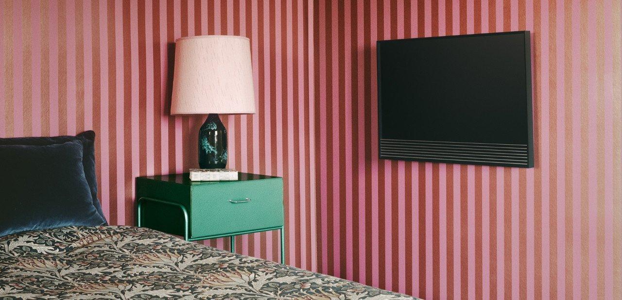 BeoVision Horizon 4K en la pared de un dormitorio