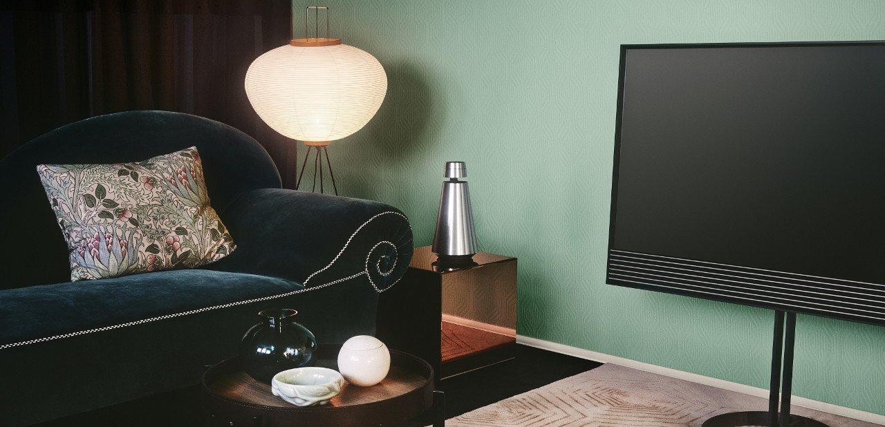 BeoVision Horizon 4K en un salón con equipo de sonido