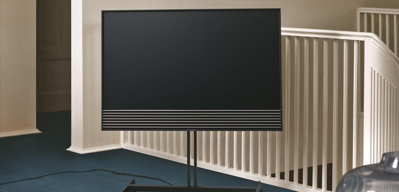 BeoVision Horizon 4K sobre un soporte de ruedas