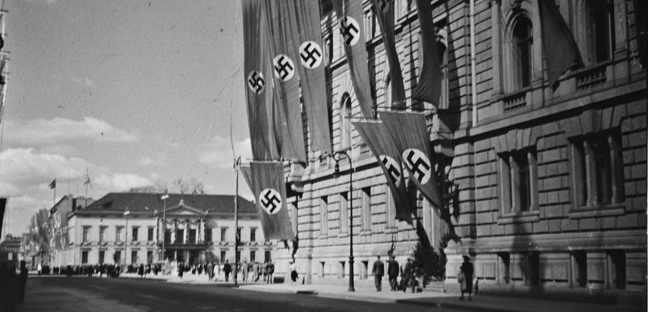 Berlín repleta de esvásticas nazis