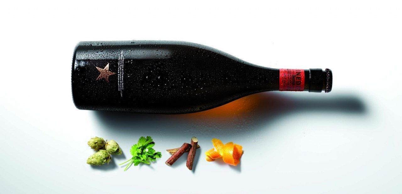 Botella de Estrella Damm Inedit con ingredientes