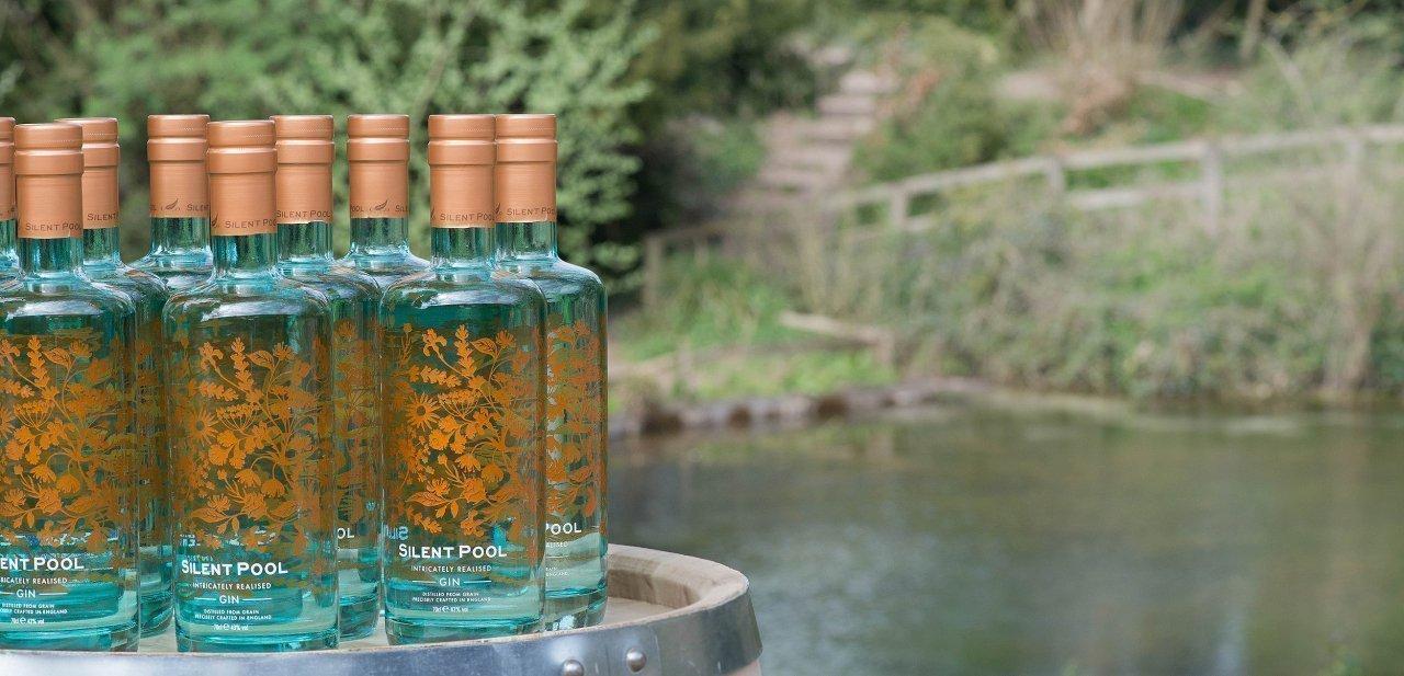 Botellas de Silent Pool Gin junto al lado Silent Pool