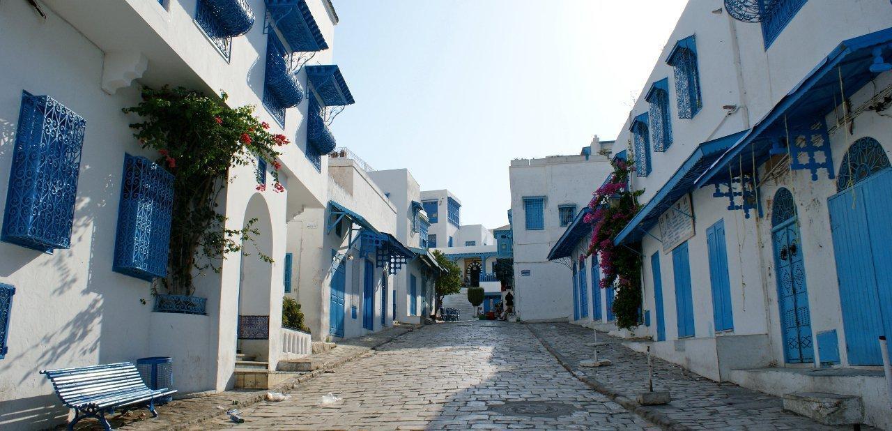 Calle azul y blanca