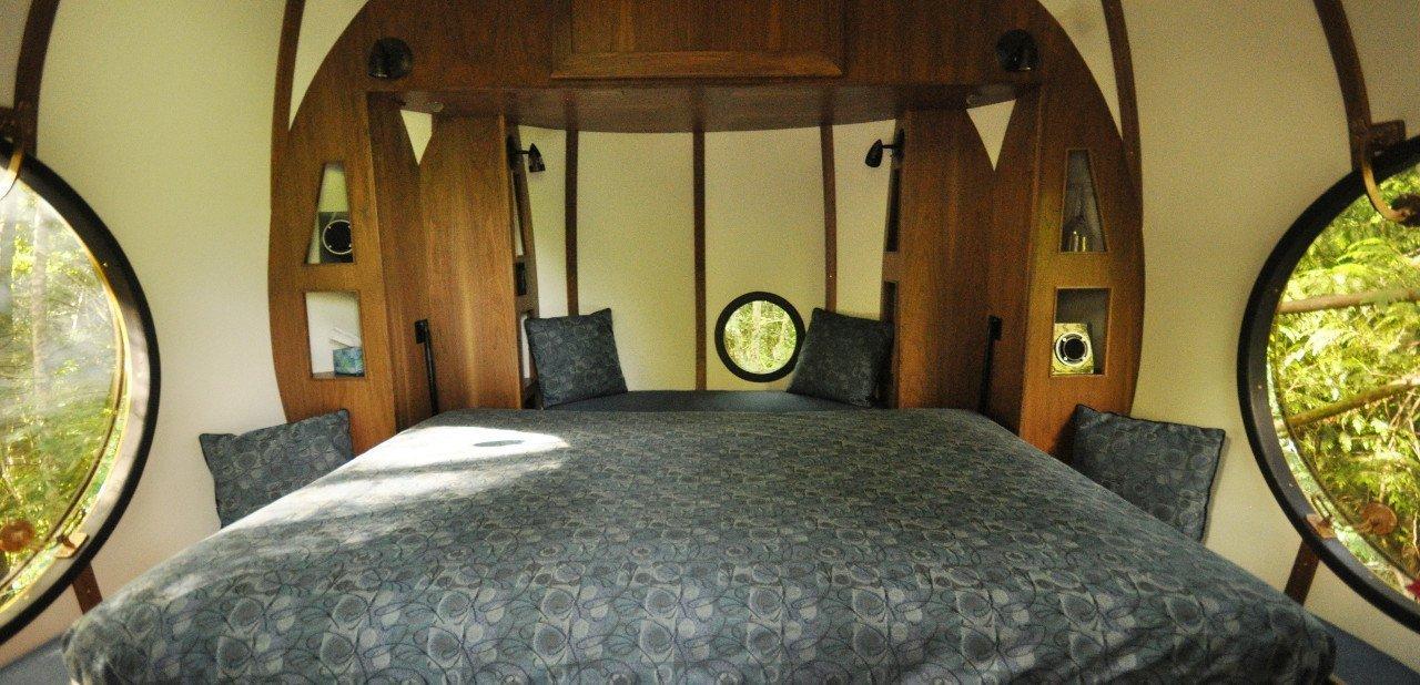 Cama doble en una habitación de Free Spirit Spheres