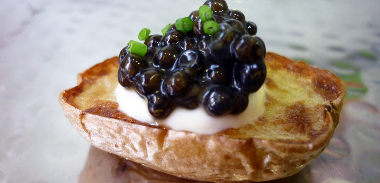 Caviar Nacarii Premium formando parte de un aperitivo