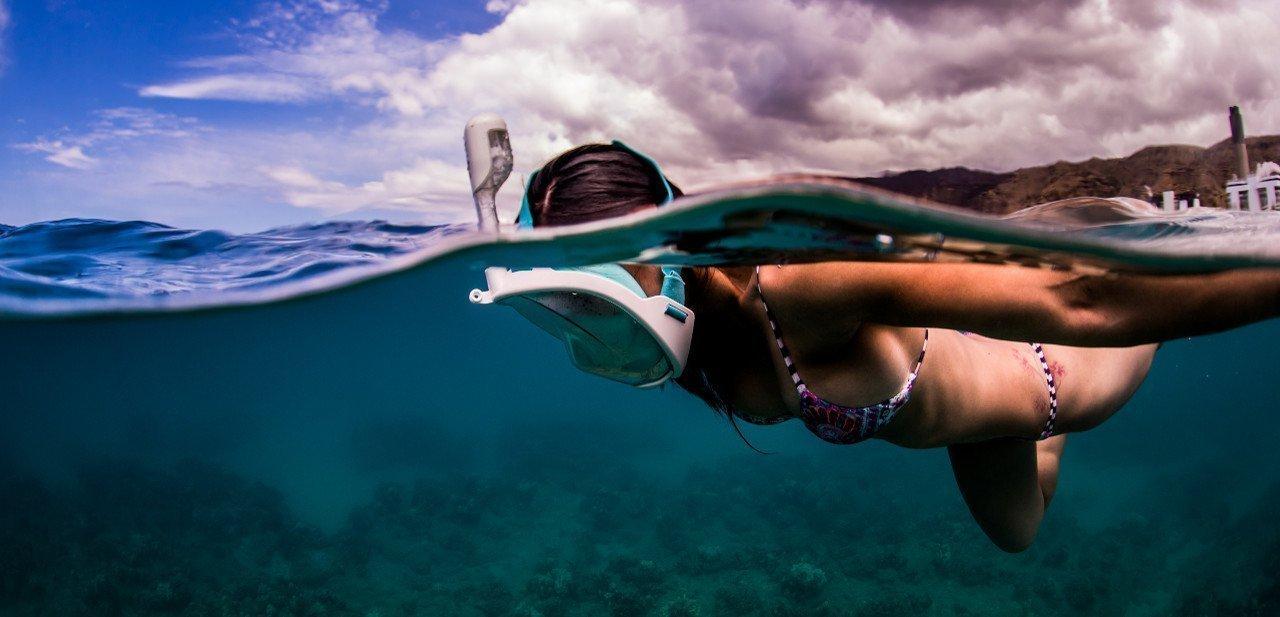Chica haciendo snorkel con la H2O Ninja Mask
