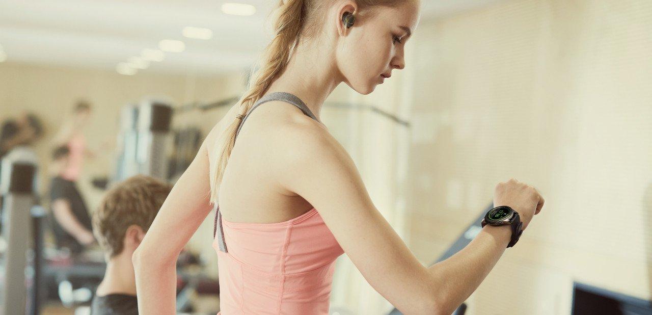 Chica usando un Samsung Gear S3 Frontier en el gimnasio