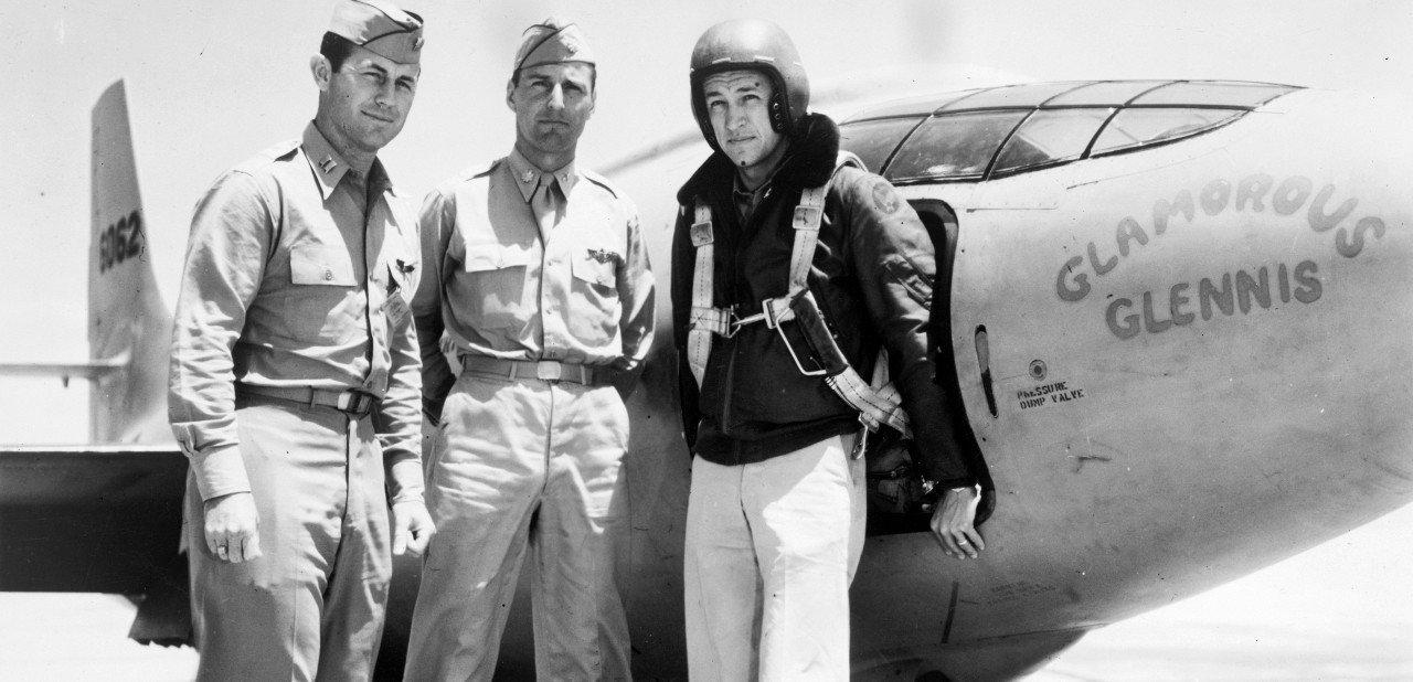 Chuck Yeager junto a otros dos pilotos y su avión de pruebas