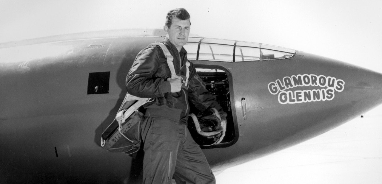Chuck Yeager junto a su avión de pruebas