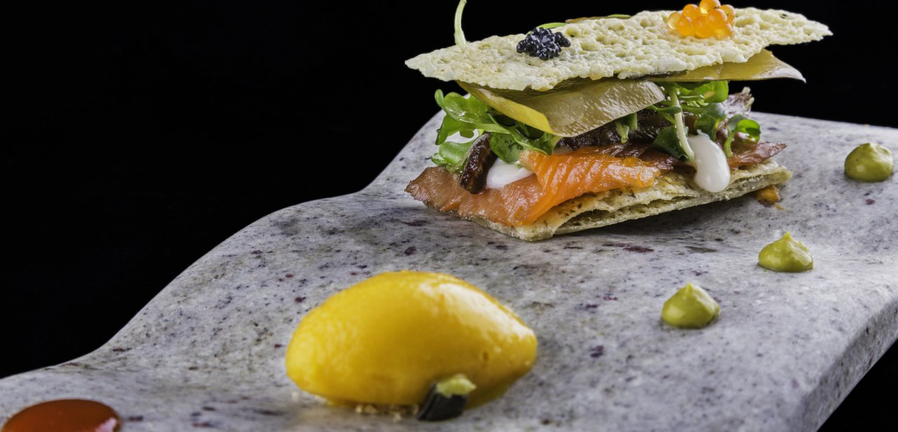 Coca tostada de ahumados, sardina y algas-verduras texturizadas y Gamoneu de Arbidel