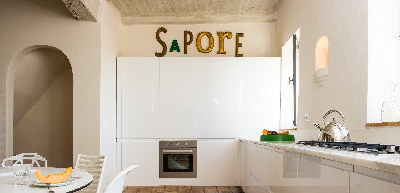 Cocina equipada interior en el Domus Civita