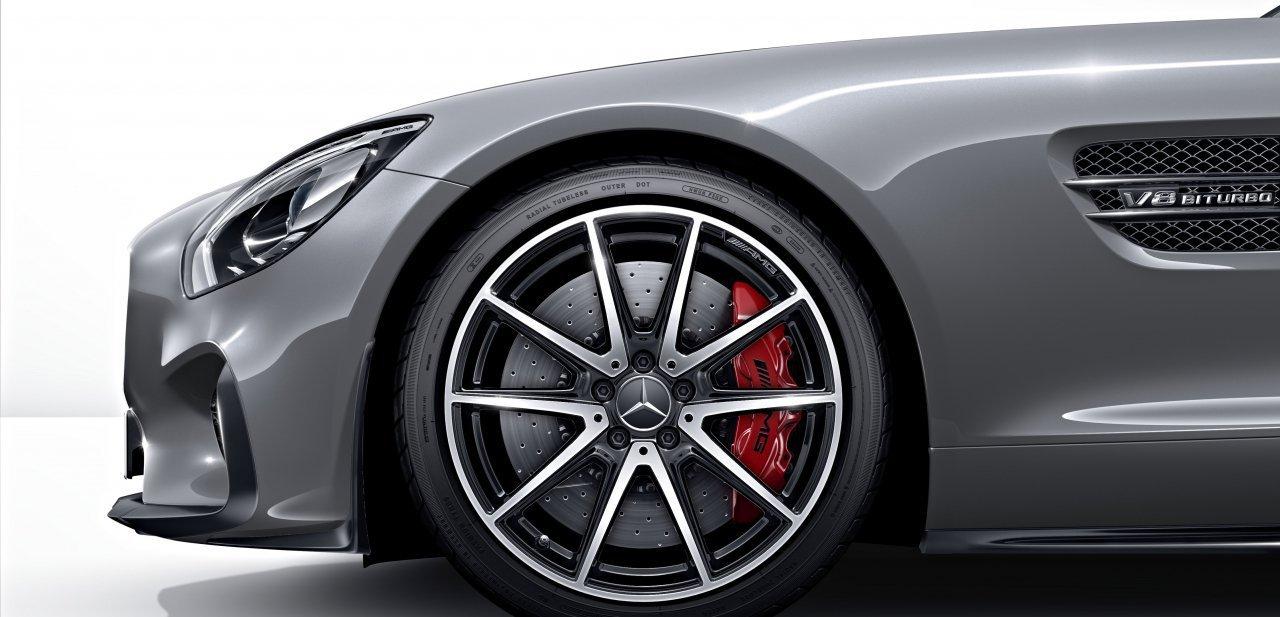 Detalle de la aleta y una de las ruedas delanteras del GT S