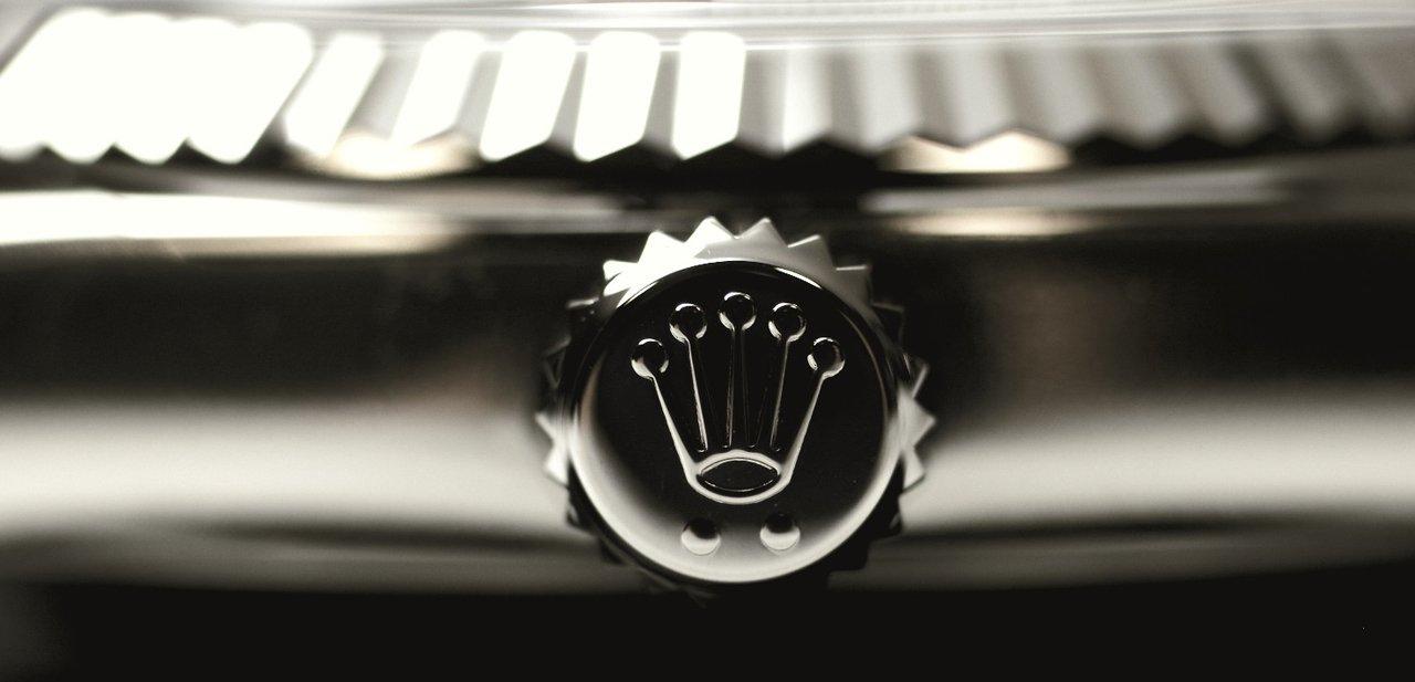 Detalle de la corona de un Rolex con su emblema
