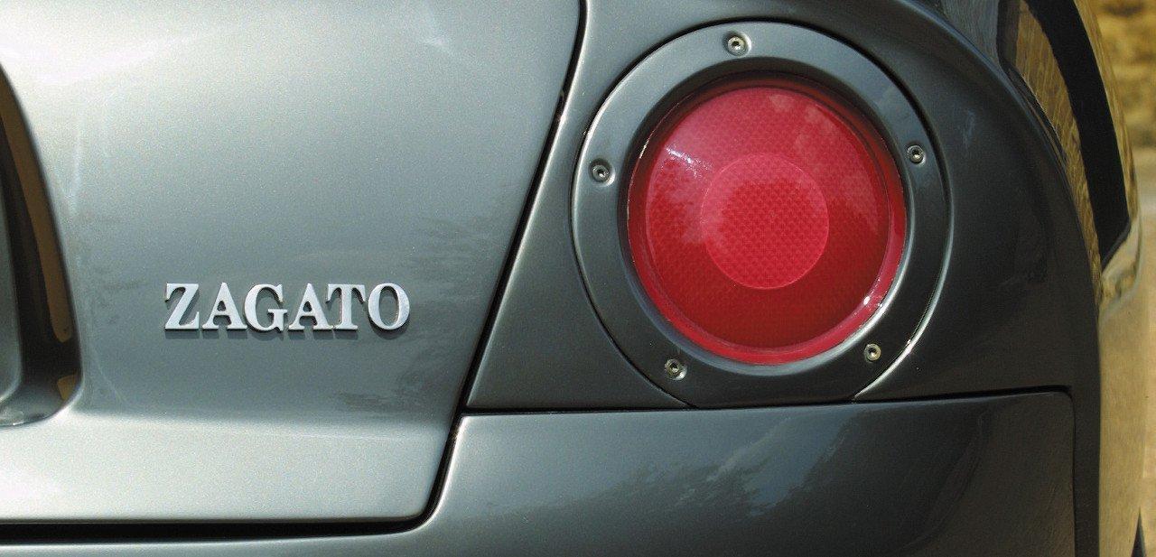 Detalle de las luces traseras y el logo de Zagato en el DB7