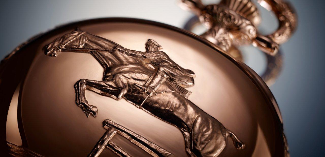Detalle del caballo grabado en la trasera del reloj Equestrian Lépine de Longines
