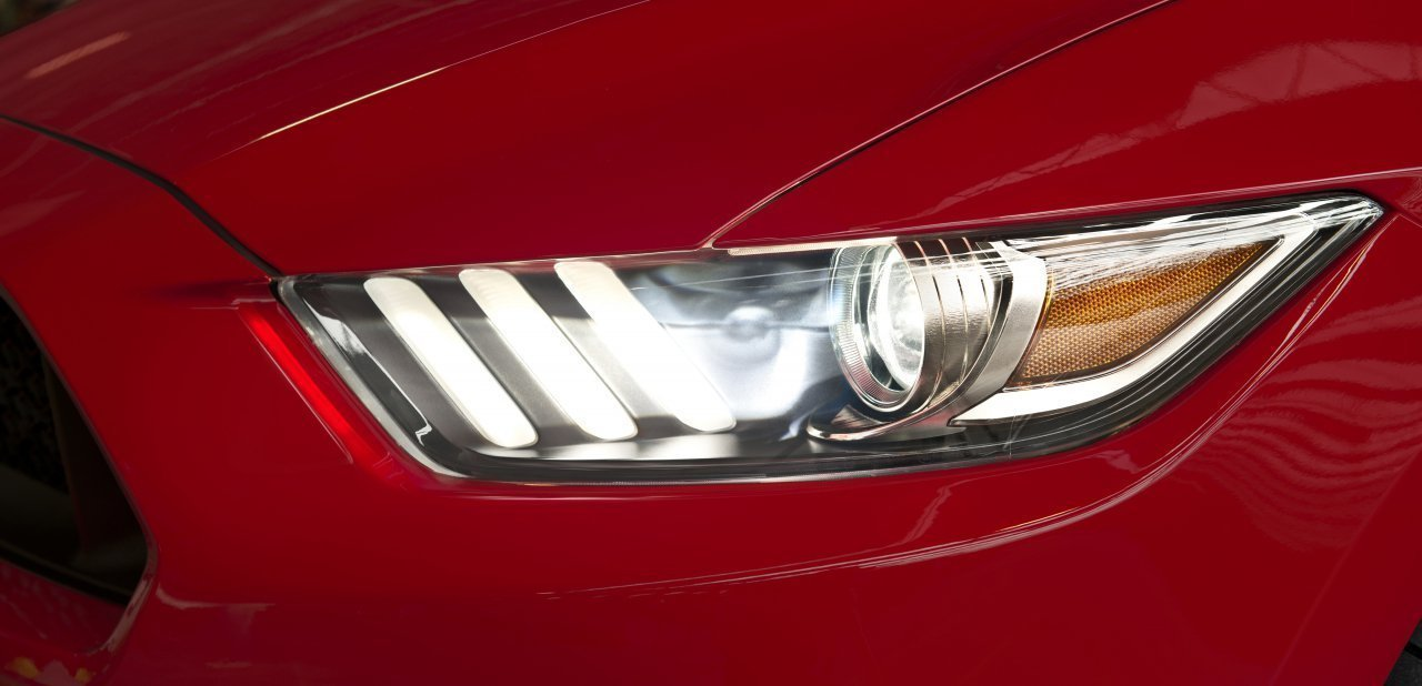 Detalle del faro del Ford Mustang 2015