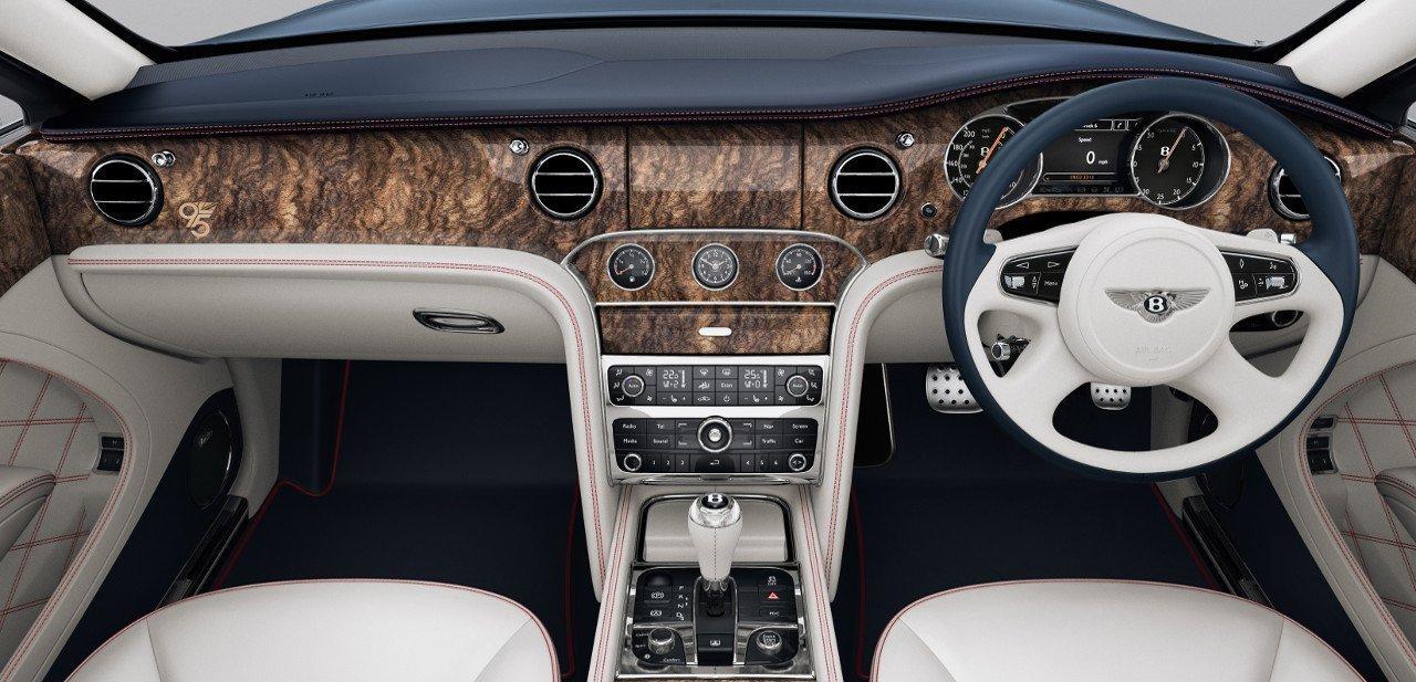 Detalle del volante y el cuadro de mandos del Bentley Mulsane