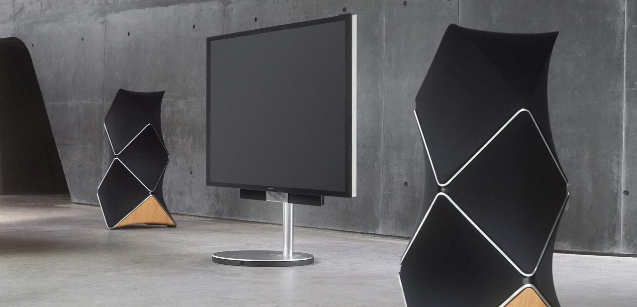 Dos Bang & Olufsen BeoLab 90 junto a un televisor