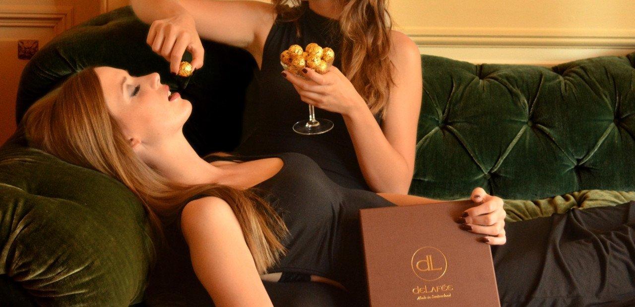 Dos mujeres comiendo trufas Delafee