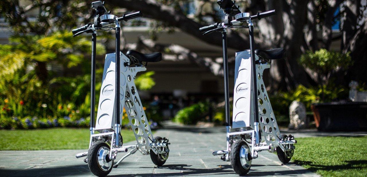 Dos scooters eléctricos Urb-E aparcados en la calle