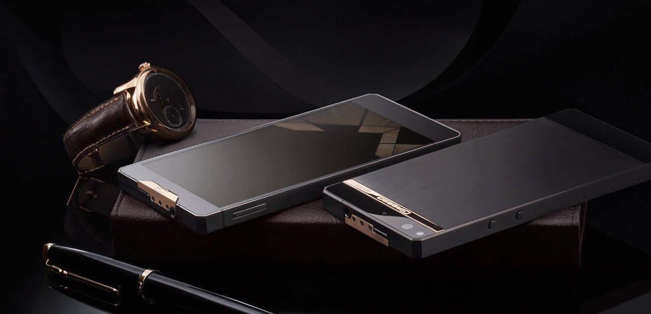 Dos teléfonos Gresso Regal junto a un reloj de lujo