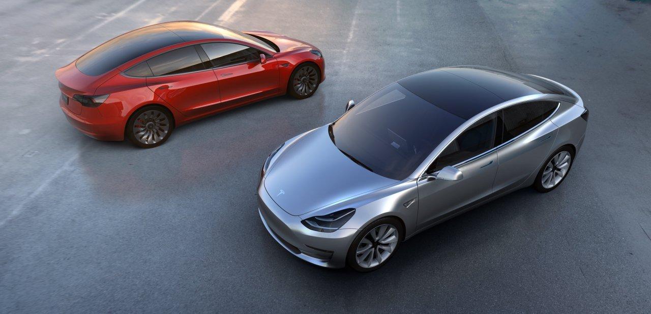 Dos Tesla Model 3, uno en gris y uno en rojo