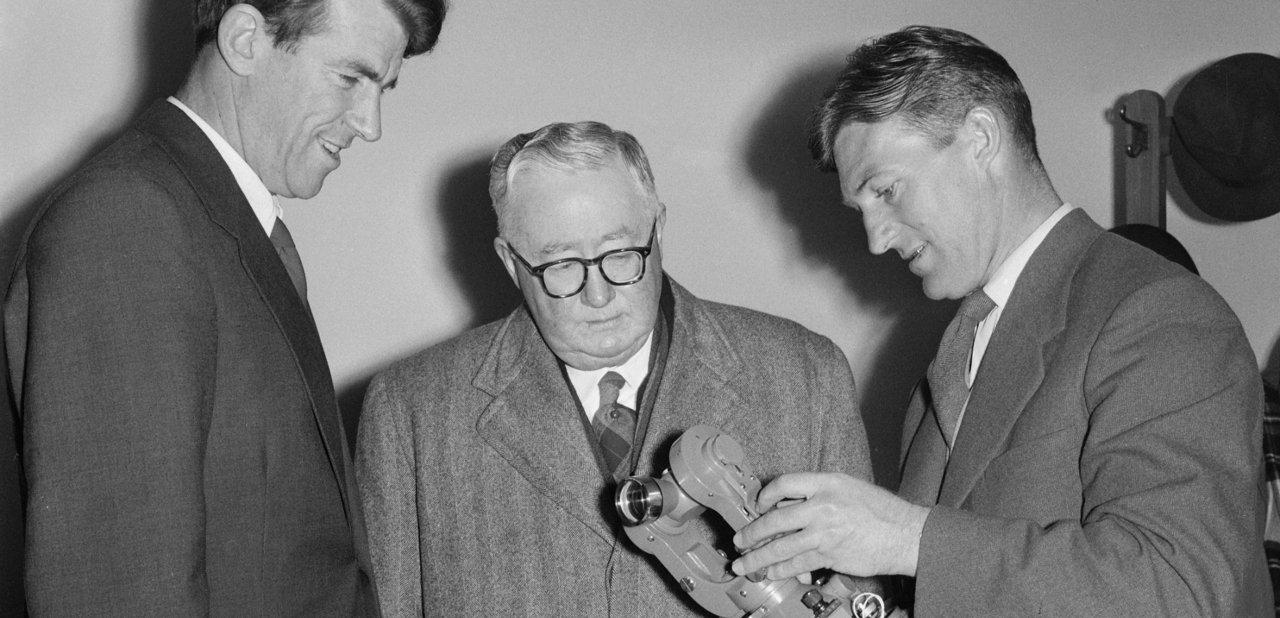 Edmund Hillary observando un teodolito