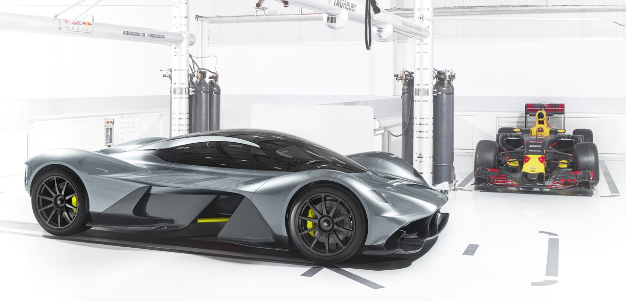 El Aston Martin Red Bull AM-RB 001 junto a un Fórmula 1