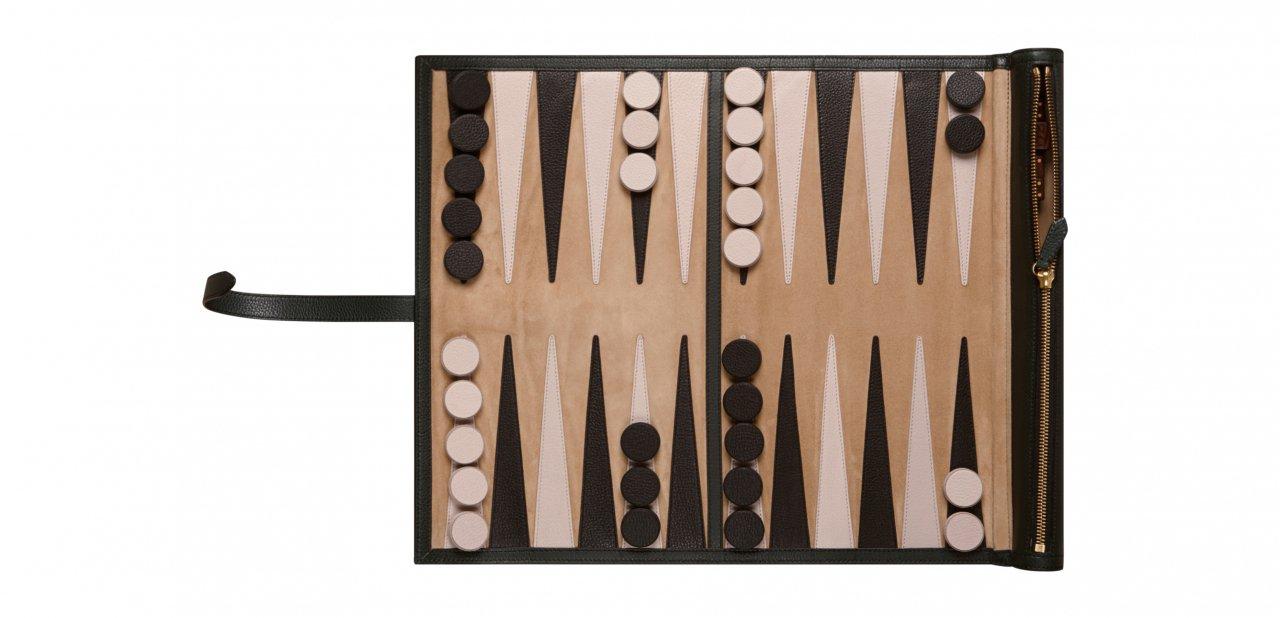 El backgammon de piel de Burberry en colores negro, blanco y beige