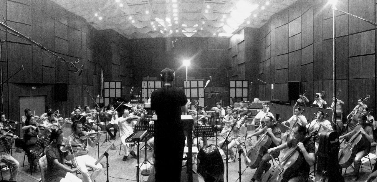 El compositor Lucas Vidal dirigiendo a una orquesta