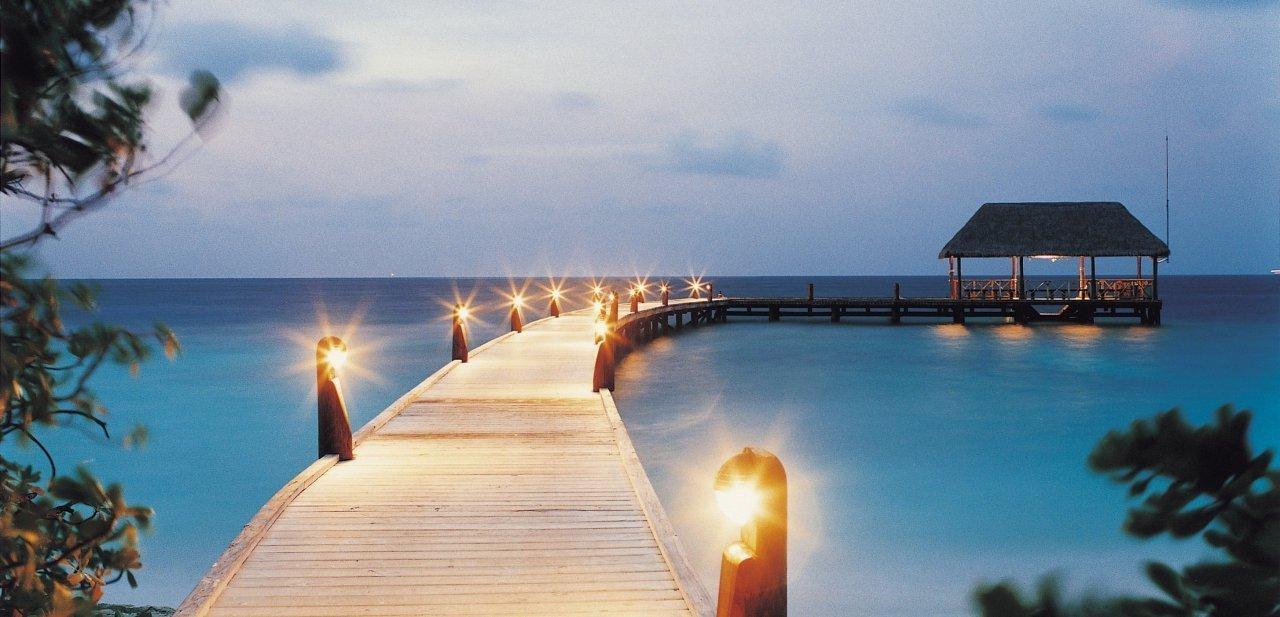 El embarcadero de Coco Island Resort de las Maldivas