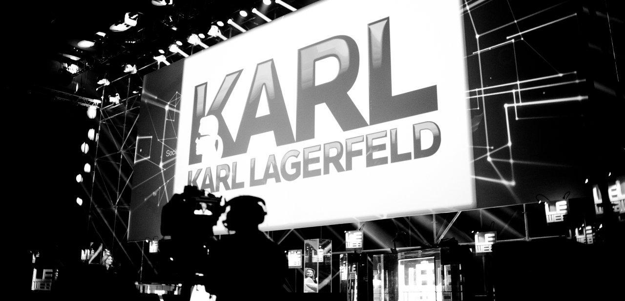 El emblema de Karl Lagerfeld en una conferencia