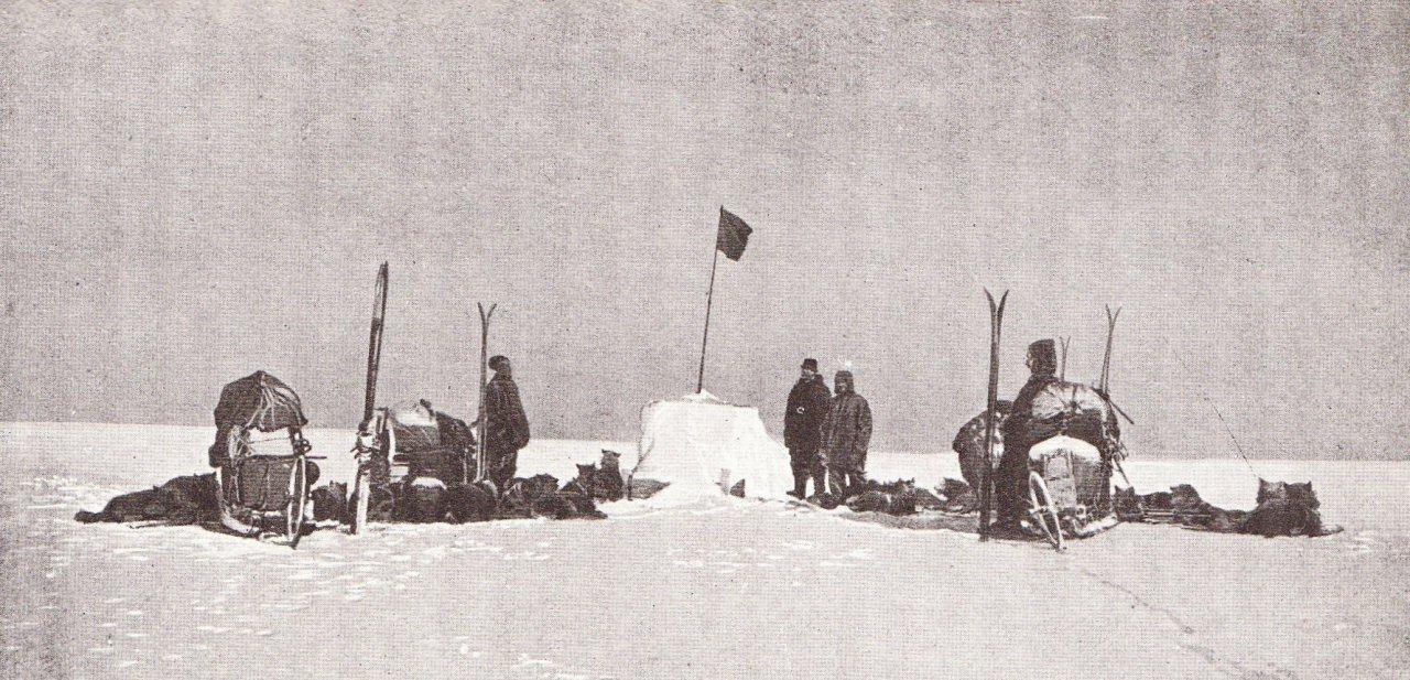 El equipo de Roald Amundsen, perro incluidos, camino del Polo Norte
