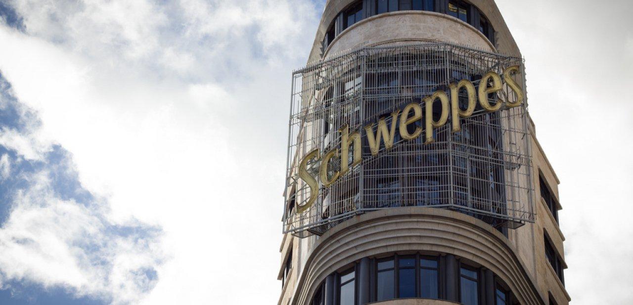 El famoso cartel de Schweppes del Vincci Capitol con las dos suites detrás