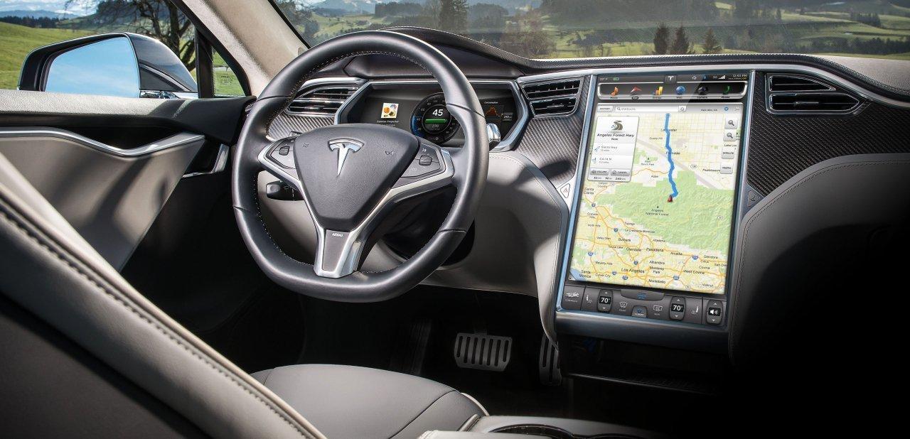 El habitáculo del vehículo con la pantalla táctil de 17 pulgadas en vertical