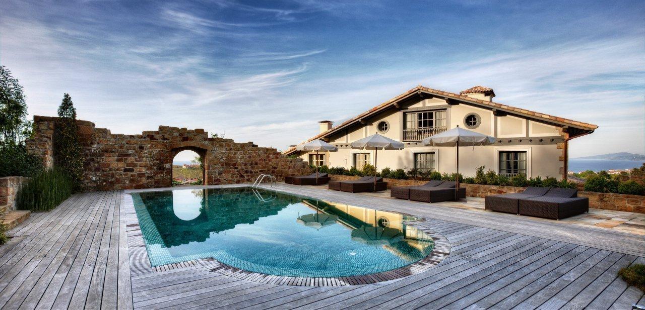 El hotel Iturregi con su piscina