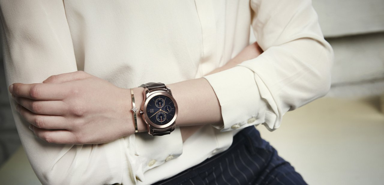 El LG Watch Urbane siendo llevado por una mujer