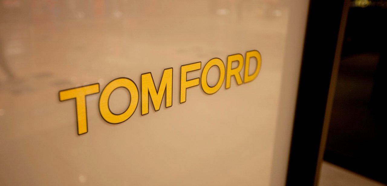 El logo de Tom Ford sobre un cristal