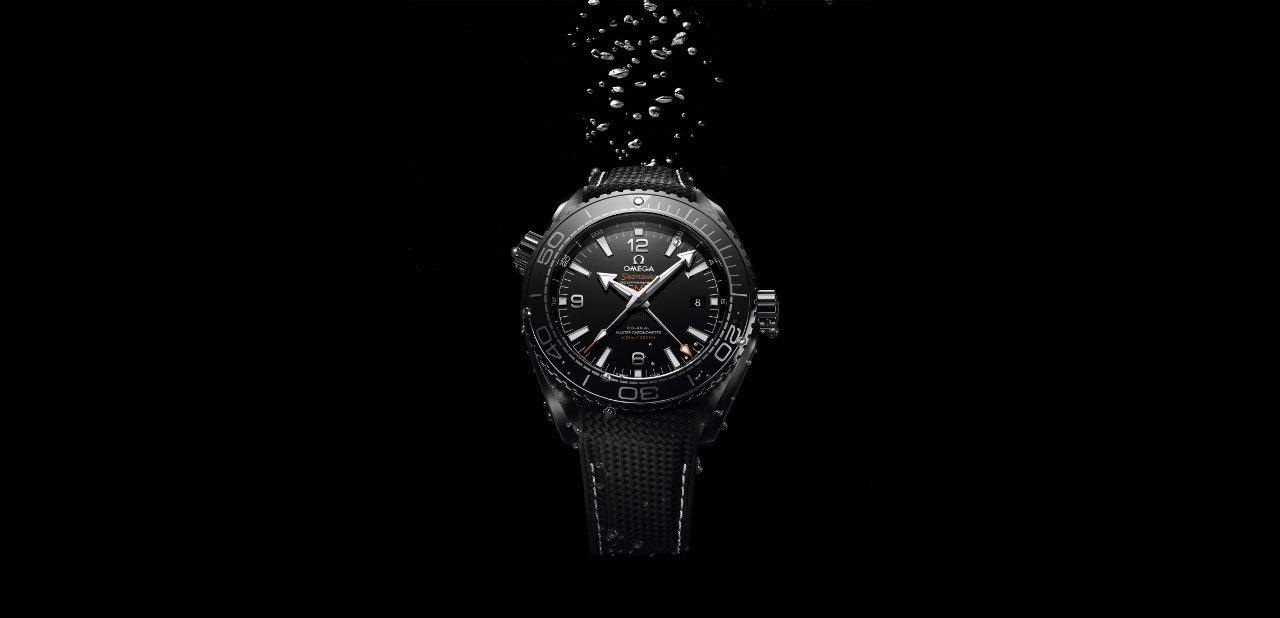 El modelo negro de la colección Omega Planet Ocean Deep Black