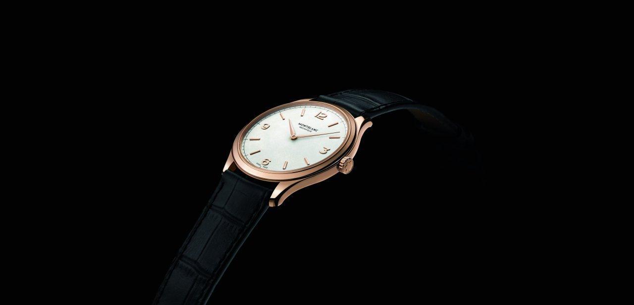 El Montblanc Heritage Chronométrie Ultra Slim sobre fondo negro