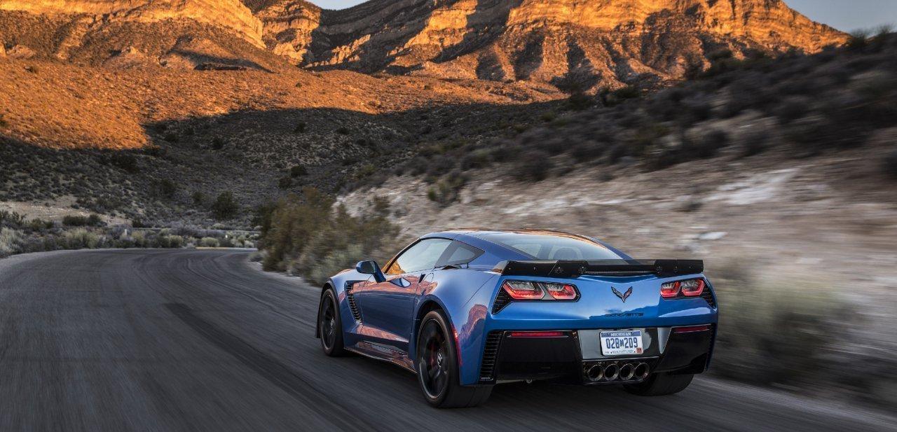 El nuevo supercoche de Chevrolet Corvette alejándose