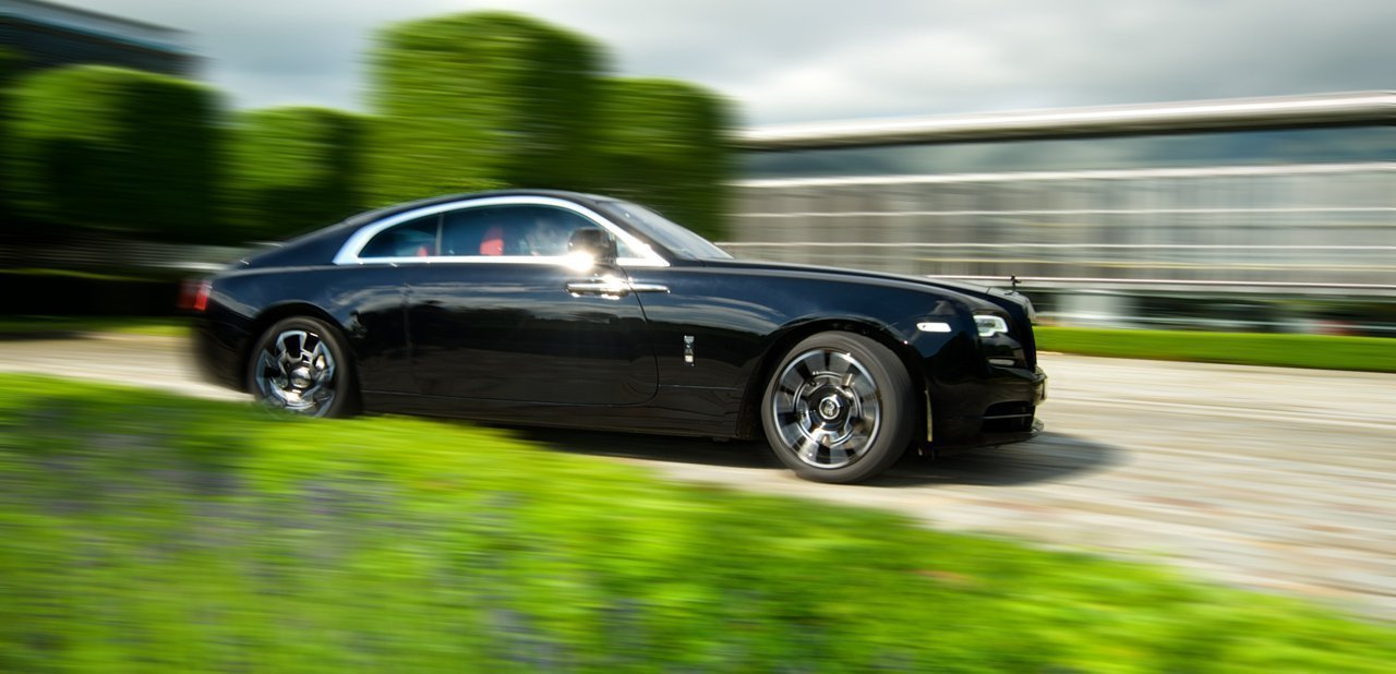 El Rolls-Royce Wraith Black Badge visto lateralmente