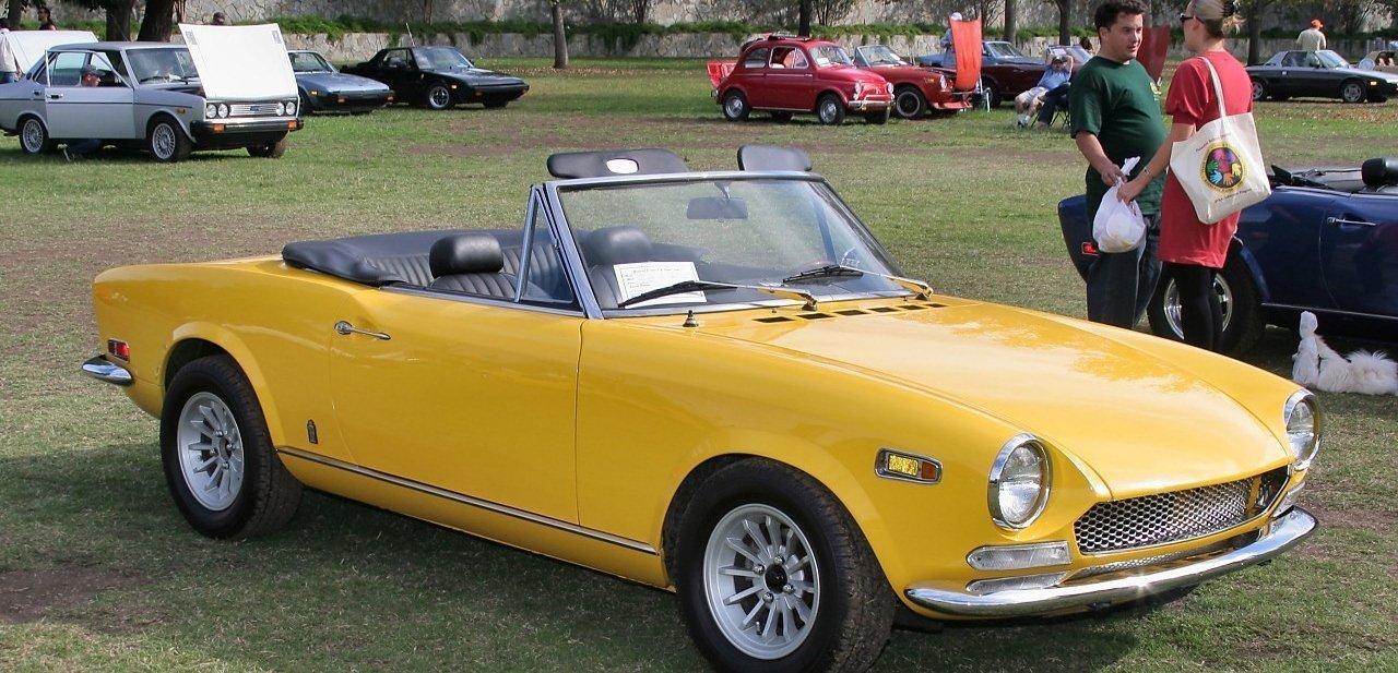Sport Spider de Fiat descapotable y amarillo