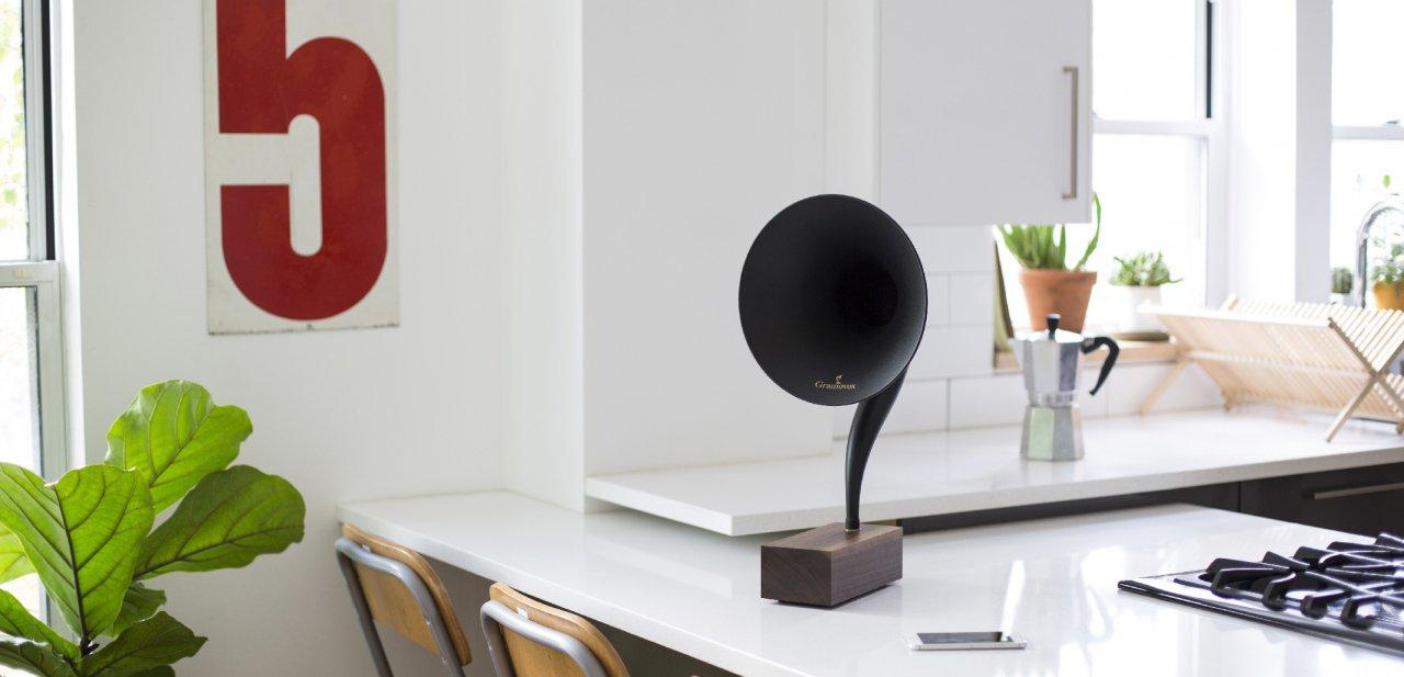 El tocadiscos moderno Gramovox sobre la encimera de una cocina