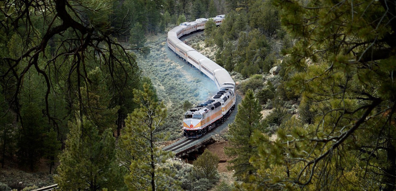 El tren Grand Canyon Railway camino del Gran Cañón