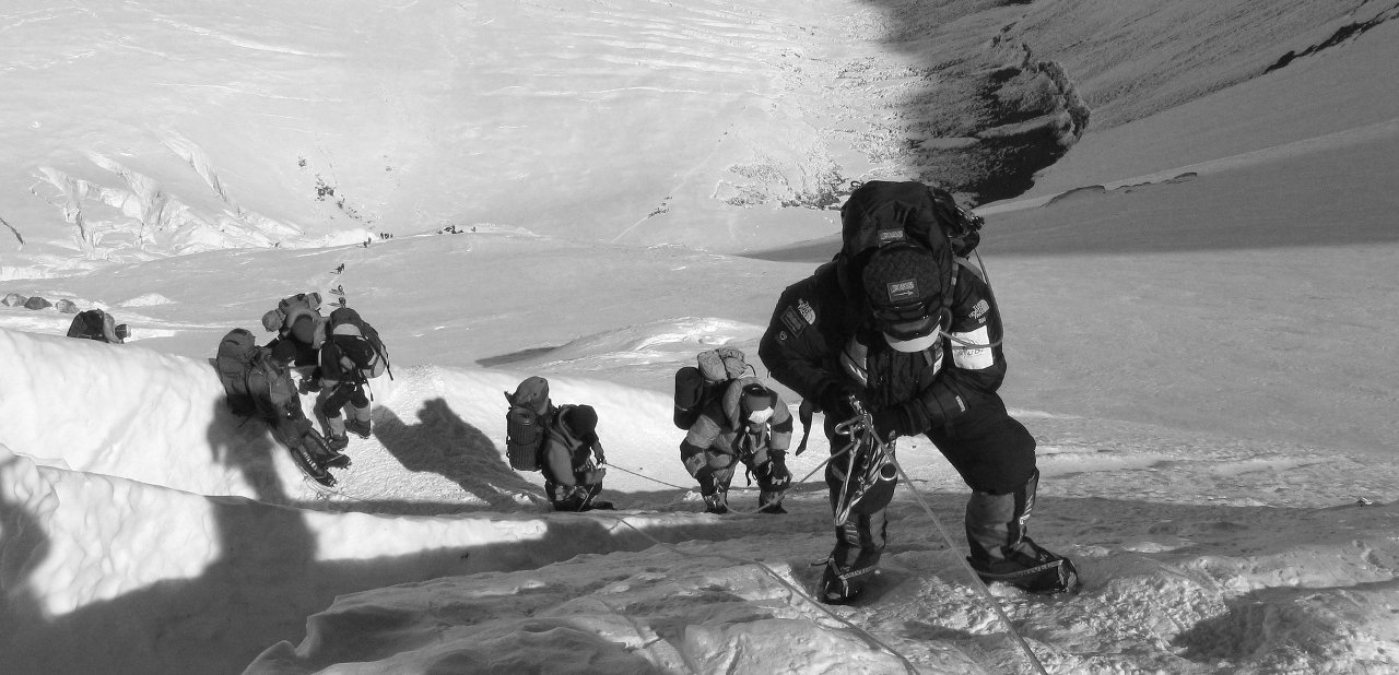 Escaladores subiendo al Everest