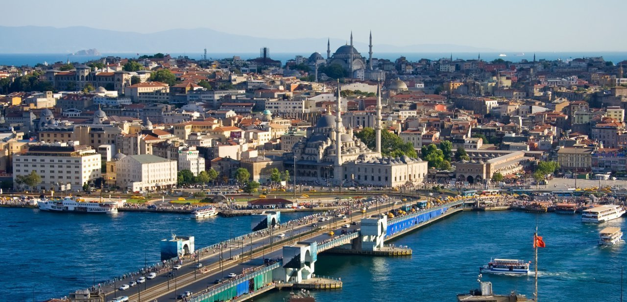 Estambul con el Bósforo y una gran mezquita al fondo