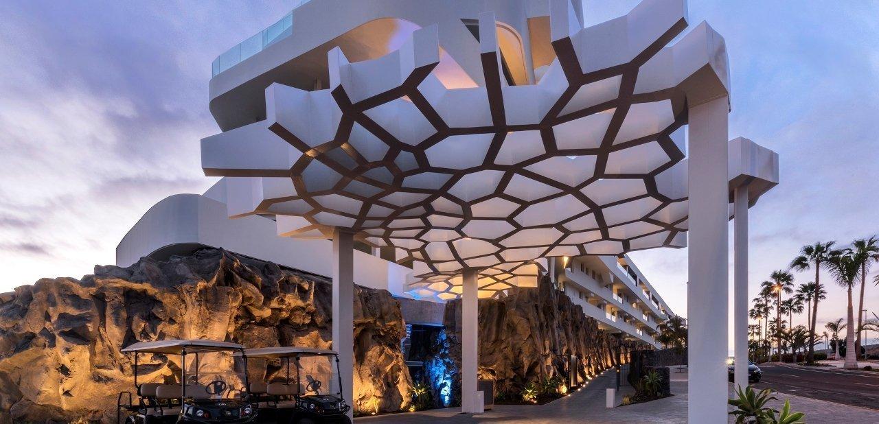 Fachada del Hotel Royal Hideaway Corales Resort