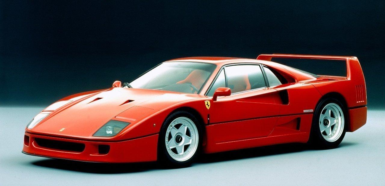Ferrari F40 desde una perspectiva frontal
